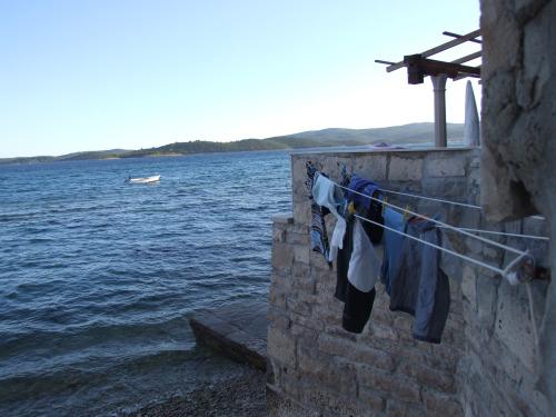 Egy óriásbálna vesztegel a tengerszorosban, rajta apró turisták, a szemközti Korčulát fotózzák. A Silver