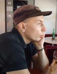 Málik Roland 1976-ban született Miskolcon. 1994-től 1999-ig a Miskolci Egyetem Gazdaságtudományi Kar