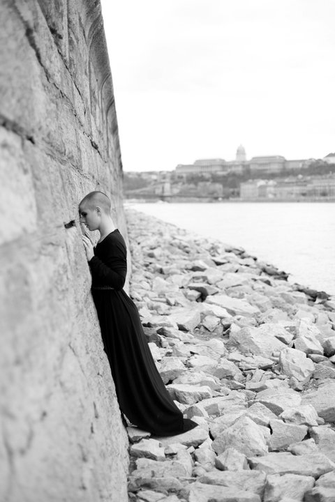 A Litera irodalmi portál húsz kortárs magyar szerzőt kért fel arra, hogy írjon a Dunához kötődő, valós va