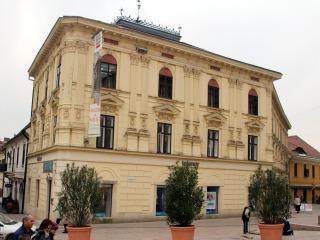Beköltöztem a szerkesztőségbe. Az épület Pécs főterén áll. Szemben a városháza barokkos homlokzata