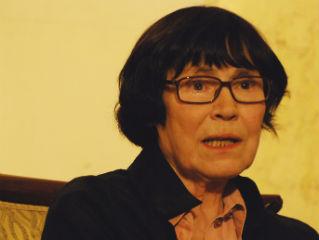 A Svájcban élő, franciául alkotó magyar író 1956-ban férjével és lányával Svájcba menekült és Neuchâtel
