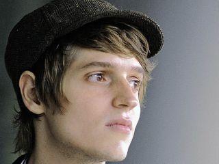 Benedict Wells 1984-ben született Münchenben. Érettségi után úgy döntött, hogy nem tanul tovább, Berlinb