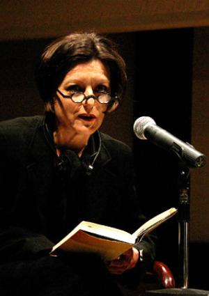 Herta Müller eddigi egyetlen magyarul kiadott regényét (A rókák csapdába esnek, 1995) Lendvay Kata